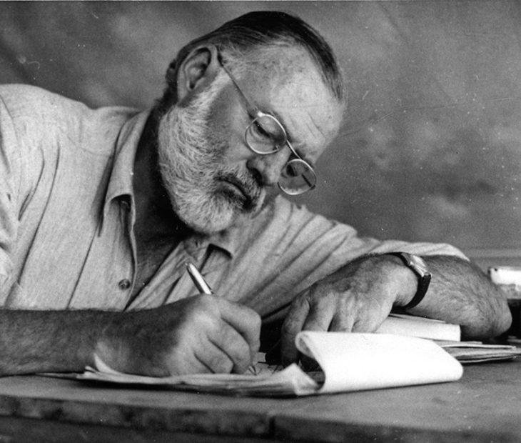 Assim se enfrentava Hemingway ao desafio da folha em branco