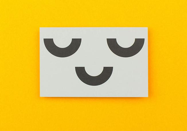 Um estúdio de design cria um cartão de visita colecionável