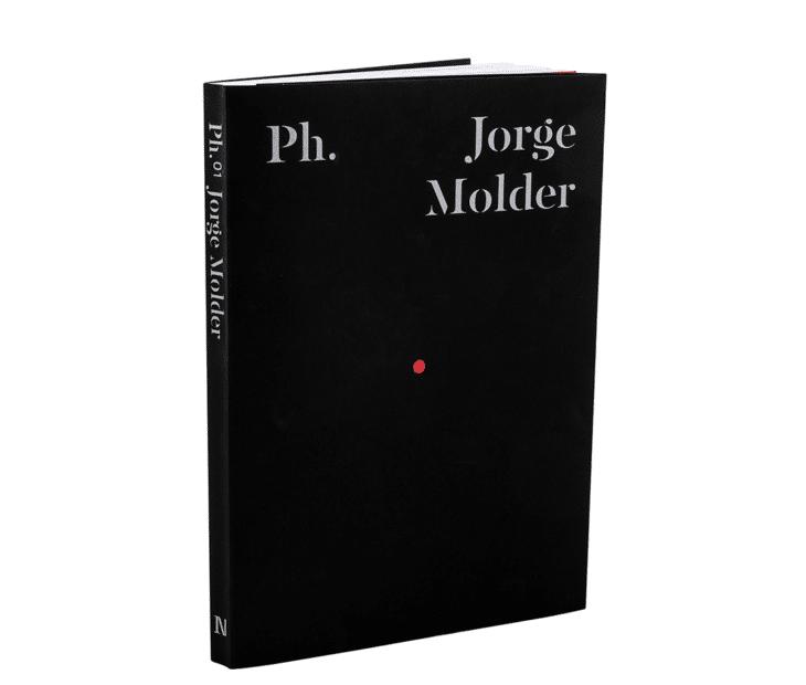 A capa negra que abraça a Fotografia Contemporânea Portuguesa.