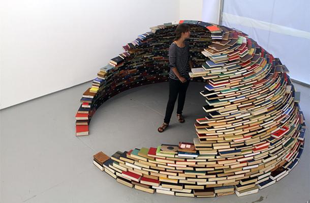 Incrível instalação em forma de estante-iglu construída com livros