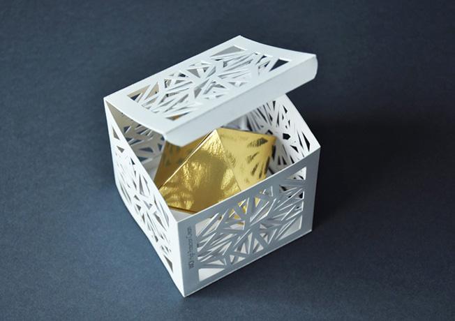 Jogo de geometria e papel para obter um verdadeiro cubo